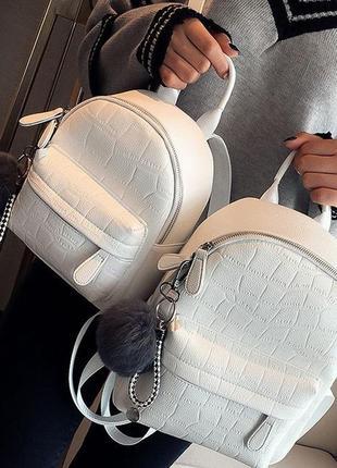 Женский рюкзак с брелком.