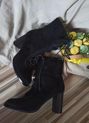 Шикарные чёрные замшевые ботинки на каблуке