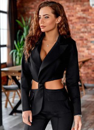 Строгий костюм с необычным пиджаком