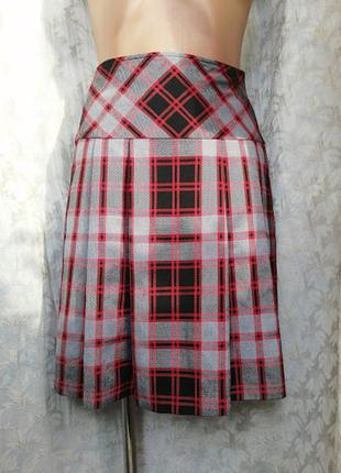 Красная юбка клетку со складками в школьном стиле