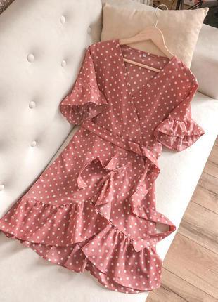 Плаття з рюшами в горошок