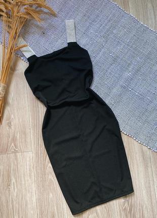 Чёрное мини платье по фигуре с блестящими бретелями
