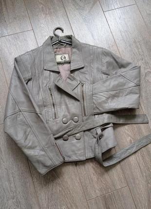 Серая графит короткая кожаная куртка косуха жакет под пояс