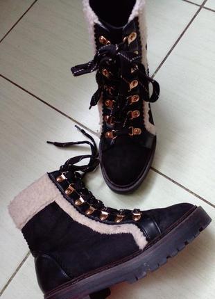 Красивые замшевые ботинки