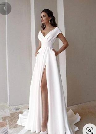 Красивое белое вечернее платье