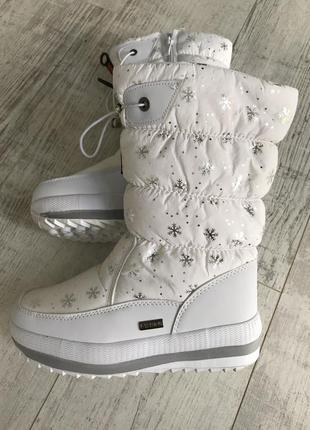 Белые дутики со снежинками