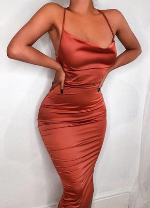 Очень эффектное атласное платье со шнуровкой на спине