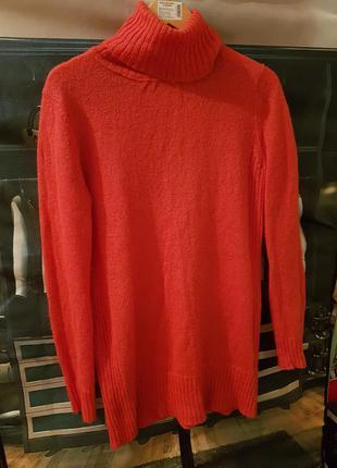 Теплый свитер корралового цвета
