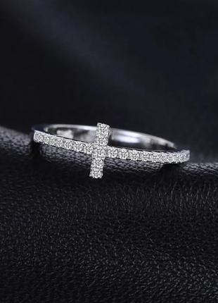Изящное серебряное кольцо с фианитами