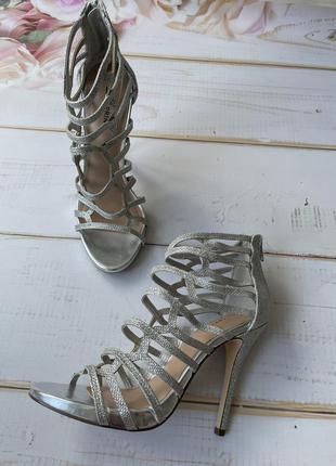 Шикарные серебристые босоножки на высоком каблуке