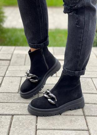 Замшевые ботинки с цепью
