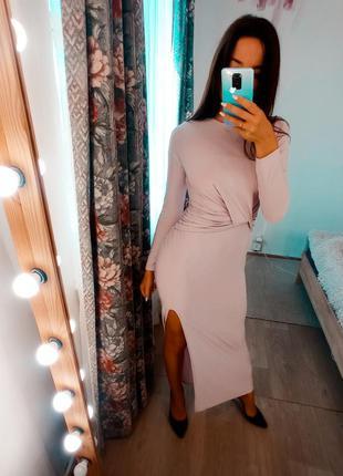 Сиреневое платье макси с разрезом