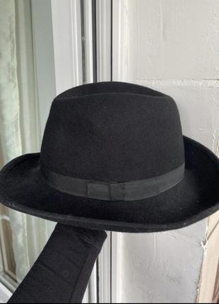 Классическая чёрная шляпа на осень