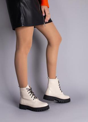 Кожаные бежевые ботинки на черной подошве