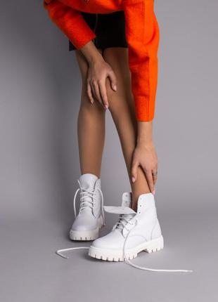 Кожаные белые женские ботинки на белой подошве
