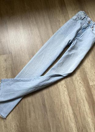 Трендовые светлые прямые джинсы на высокой посадке с необработанным низом zara, p.xs(34)