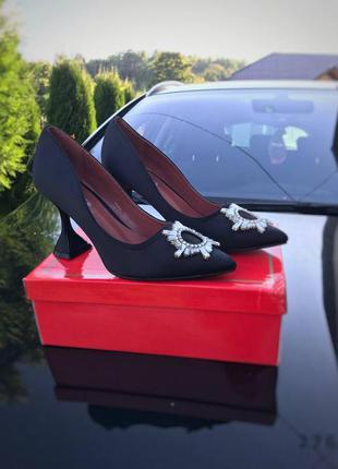 Туфли с брошкой атласные чёрные на шпильке