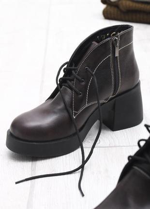 Коричневые ботинки на большом каблуке