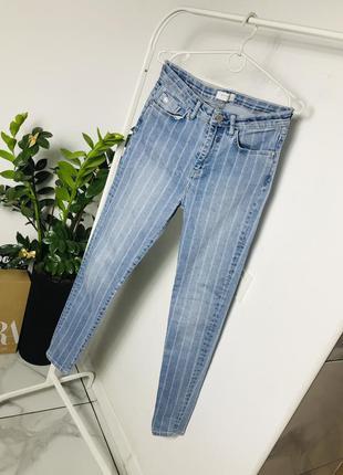 Стильные потертые джинсы из эластичного денима в полоску от distrikt
