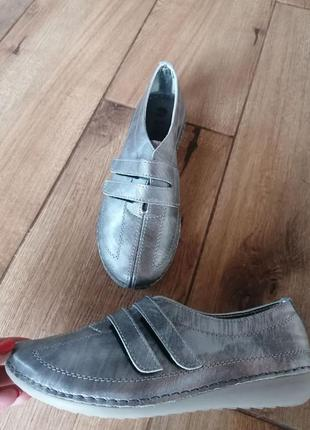 Кроссовки на липучках. кожа.