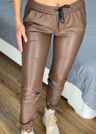 Женские кожаные джоггеры тёплые
