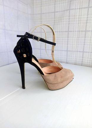Лаконичные красивые босоножки на устойчивом каблучке с браслетом вокруг ножки