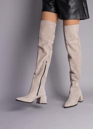 Ботфорты женские замшевые бежевые с обтянутым каблуком
