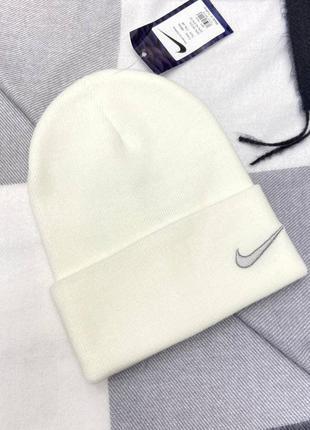 Белая шапка в стиле nike 🤍