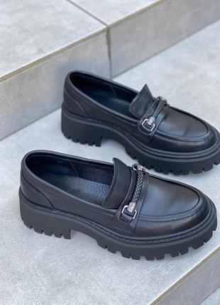 Черные туфли лоферы кожаные