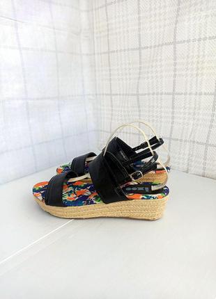 Качественные лаконичные босоножки, сандалии с ремешками на плетеной платформе танкетке
