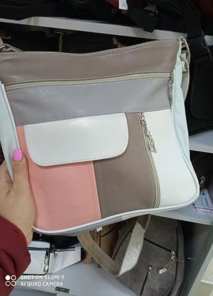 Женская кожаная сумка всетлая разноцветная белая бежевая розовая нюдовая универсальная через плечо