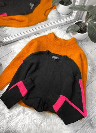 Чёрный свитер с контрастной вставкой