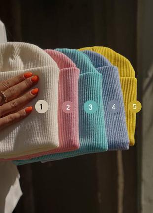 Трендовые шапочки с подворотом🤍  материал : 100% акрил, унисекс