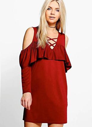 Boohoo платье красное бордо с длинным рукавом открытыми плечами с переплётом
