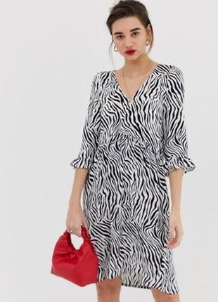 Платье в принт «зебра» с рюшей