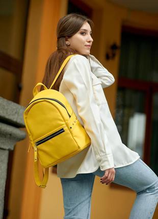 Яркий женский рюкзак для активного образа жизни