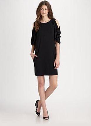 Чёрное платье прямого кроя с приоткрытыми плечами