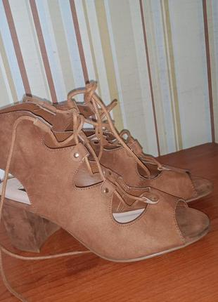 Красивые босоножки на широком каблуке