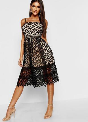 Шикарное платье из черного кружева на бежевом чехле