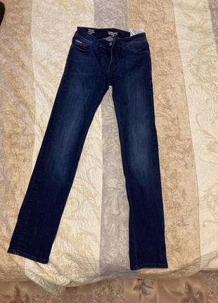 Tommy hilfiger denim темно сині джинси з емблемою бренду