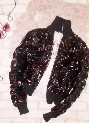Очень крутая лаковая куртка бомбер