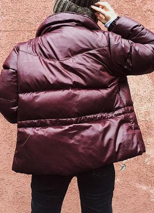 Курточках вишнёвого цвета