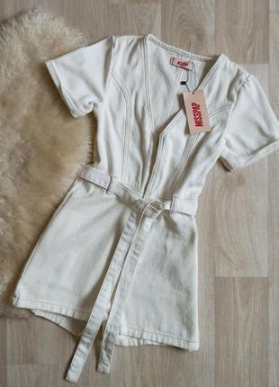 Белый джинсовый комбинезон шортами