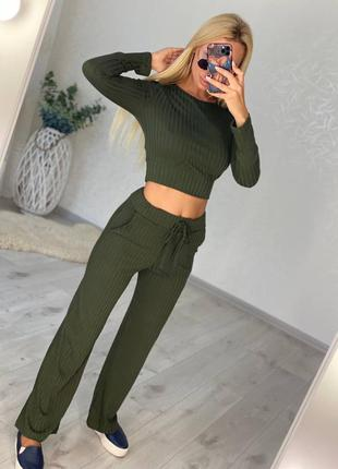 Зелёный костюм в рубчик