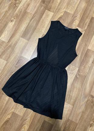 Красивое чёрное платье в полоску с открытой спиной
