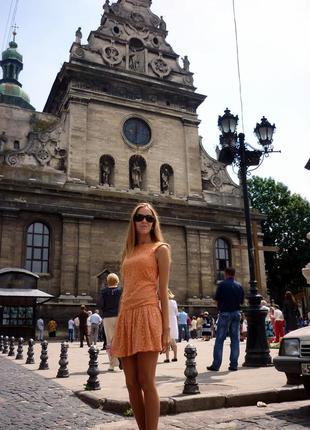 Отличное кружевное платье персикового цвета. pull and bear