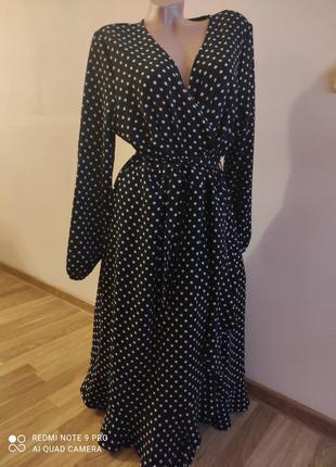Красивое платье в горошек с эффектом запаха
