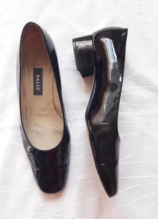 Лаковые туфли  на каблуке