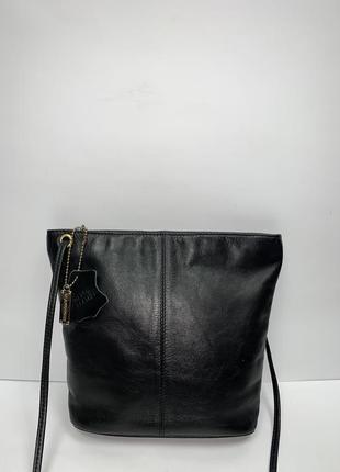 Кожаная фирменная сумочка на/ через плечо glamorous.