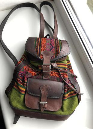 Красивый кожаный рюкзак в сочетании с вязаной шерстью